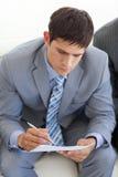 Zakenman die op een baangesprek wacht stock foto