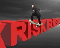 Zakenman die op geldskateboard schaatsen over rode risico 3D teksten Stock Foto