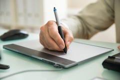Zakenman die op grafische tablet schrijven Stock Foto's