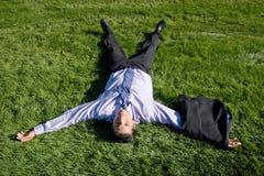 Zakenman die op gras ligt Stock Afbeelding