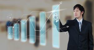 Zakenman die op het digitale virtuele scherm, globalisering drukken royalty-vrije stock afbeelding