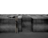 Zakenman die op houten ladder tot bovenkant van concreet labyrint beklimmen Stock Afbeelding