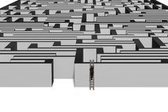 Zakenman die op houten ladder tot bovenkant van labyrintmuur beklimmen stock afbeelding