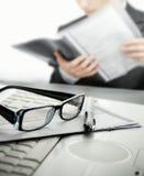 Zakenman die op kantoor een contract leest Stock Foto