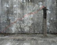 Zakenman die op ladder beklimmen die de rode lijn van de de groeitendens trekken royalty-vrije stock foto's