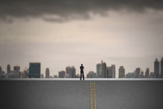 Zakenman die op ladder over stad beklimmen die, Leidingsconcept vooruitzien Stock Foto