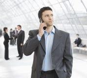 Zakenman die op mobiel spreekt Stock Foto's