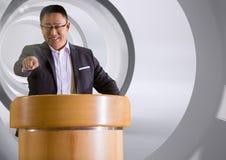 Zakenman die op podium op conferentie met tunnel spreken stock foto