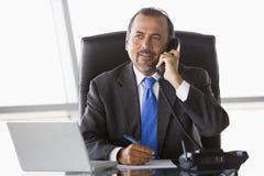 Zakenman die op telefoon spreekt Stock Afbeelding