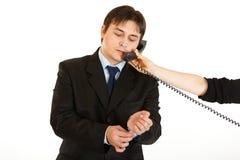 Zakenman die op telefoon ter beschikking van secretaresse spreekt Royalty-vrije Stock Afbeelding