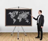 Zakenman die op wereldkaart richten Stock Afbeeldingen