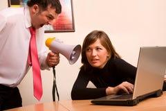 Zakenman die op zijn vennoot op kantoor schreeuwt Stock Afbeeldingen