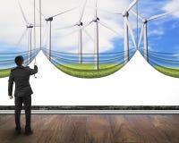 Zakenman die open behandelde lege whi van windturbines gordijn trekken Stock Fotografie