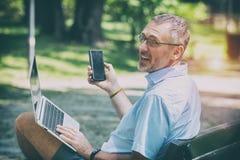 Zakenman die in openlucht met notitieboekje werken royalty-vrije stock afbeeldingen