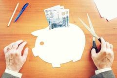 Zakenman die over besparingen van geld in Russische roebels denken Stock Foto