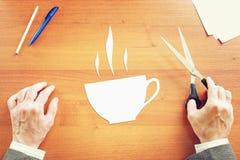 Zakenman die over koffiepauze dromen Stock Afbeeldingen