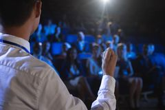 Zakenman die presentatie voor publiek in auditorium geven royalty-vrije stock fotografie