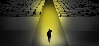 Zakenman die rechtdoor twee donkere labyrinten gaan stock illustratie