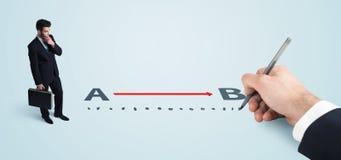 Zakenman die rode lijn van a aan met de hand getrokken B bekijken stock afbeelding
