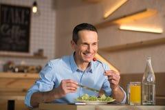 Zakenman die salade voor lunch eten royalty-vrije stock afbeeldingen