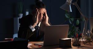 Zakenman die in slaap terwijl het werken laat in nachtbureau vallen stock video