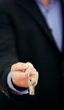 Zakenman die sleutelbos aanbiedt Royalty-vrije Stock Afbeeldingen
