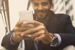 Zakenman die slimme telefoon met behulp van royalty-vrije stock foto's