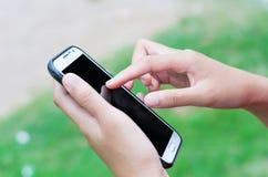 Zakenman die slimme telefoon met behulp van Stock Afbeeldingen