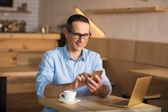 Zakenman die smartphone gebruikt royalty-vrije stock afbeelding