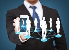 Zakenman die smartphone met sociaal netwerk tonen royalty-vrije stock fotografie