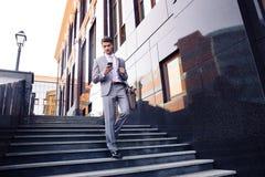 Zakenman die smartphone in openlucht gebruiken Stock Foto