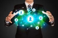 Zakenman die sociaal media netwerk houden Stock Afbeelding