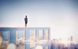 Zakenman die stad in zonsopgang bekijken 3d Stock Fotografie