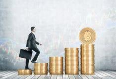 Zakenman die stapels bitcoins beklimmen royalty-vrije stock afbeelding