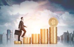 Zakenman die stapels bitcoins, stad beklimmen stock afbeeldingen