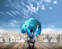 Zakenman die succes aan de toekomst kijken Stock Foto's