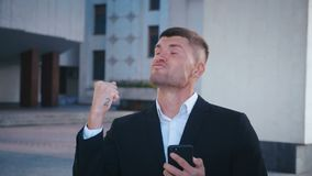 Zakenman die succes viert De man ontving een bericht met goed nieuws Succesvolle zakenman met ja-gebaar stock video