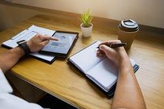 Zakenman die tablet aan de situatie op de marktwaarde, Bedrijfsconcept gebruiken stock foto's