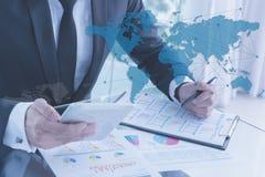 Zakenman die tablet, bedrijfsglobaliseringsconcept gebruiken Royalty-vrije Stock Foto