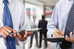 Zakenman die tablet gebruiken royalty-vrije stock afbeelding