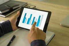 Zakenman die tablet gebruiken aan de situatie op de marktwaarde, royalty-vrije stock afbeelding