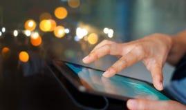 Zakenman die tablet gebruikt bij nacht royalty-vrije stock foto's