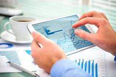 Zakenman die tabletcomputer met behulp van Royalty-vrije Stock Afbeelding