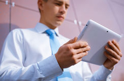 Zakenman die tabletcomputer met behulp van Royalty-vrije Stock Afbeeldingen
