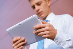 Zakenman die tabletcomputer met behulp van Royalty-vrije Stock Foto