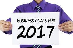 Zakenman die tekst van bedrijfsdoelstellingen voor 2017 tonen Stock Fotografie