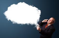 Zakenman die telefoongesprek maken en abstract wolkenexemplaar voorleggen Stock Foto's