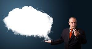 Zakenman die telefoongesprek maken en abstract wolkenexemplaar voorleggen Stock Foto