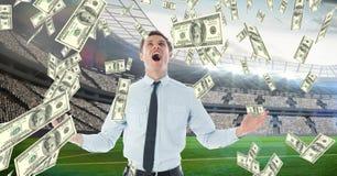 Zakenman die terwijl het bekijken geld die vertegenwoordigend voetbalcorruptie vallen gillen stock foto