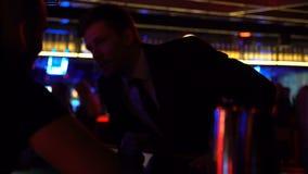 Zakenman die tot dranken opdracht geven bij barman na succesvolle vergadering, ontspanning stock footage
